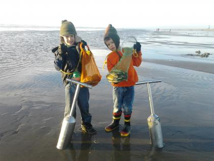 Kids Razor Clamming at Long Beach